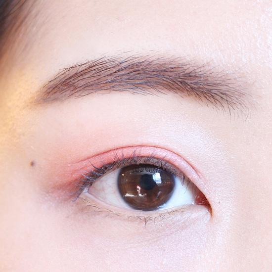 上眼皮先用珊瑚紅色大面積打底~~