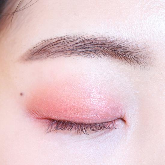 用金色眼影塗上眼皮的中間部分(一定要用小亮片的金色眼影)