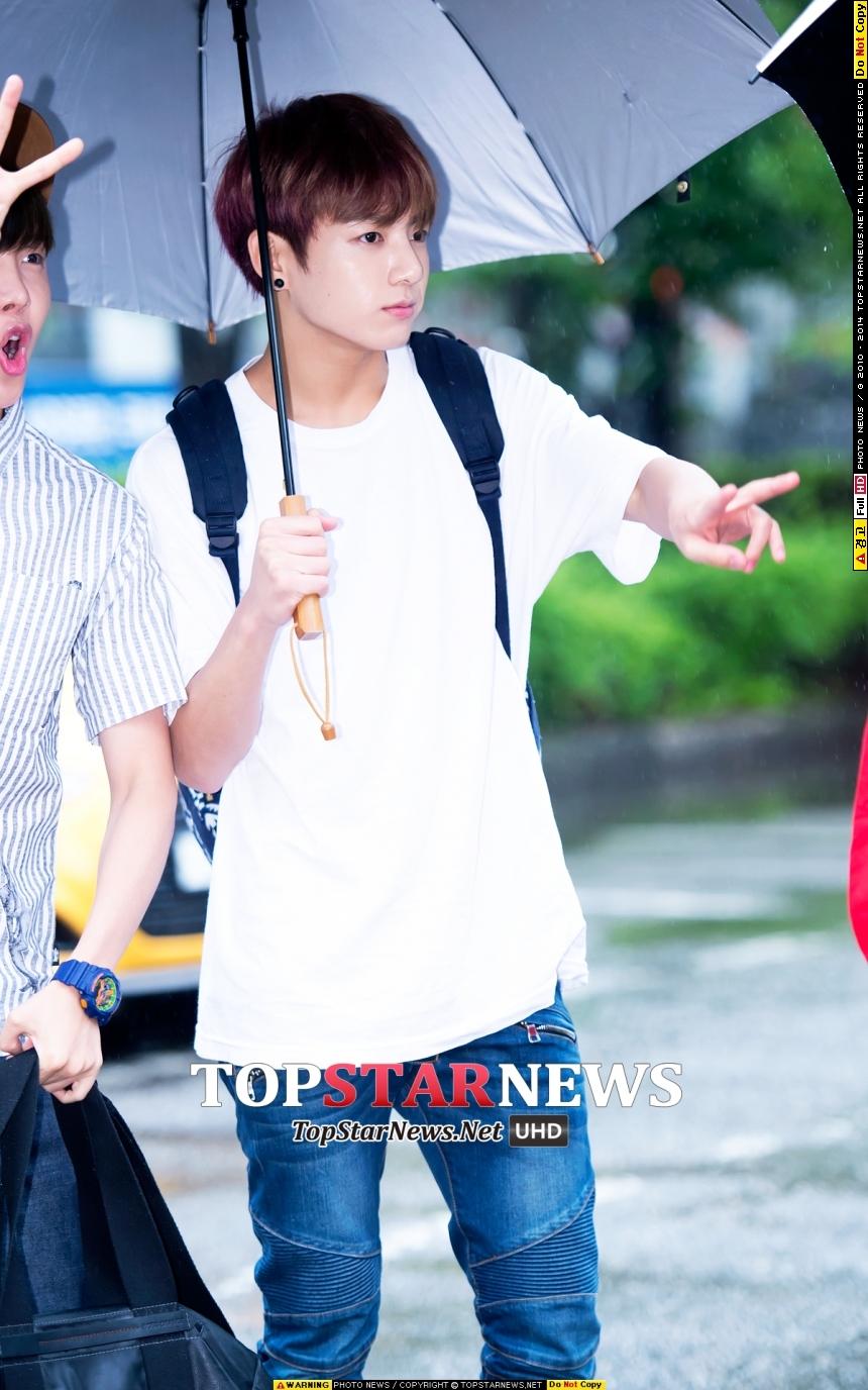 防彈少年團的忙內柾國,你的傘好大~剛好適合讓我跑進去裡面躲雨呢~