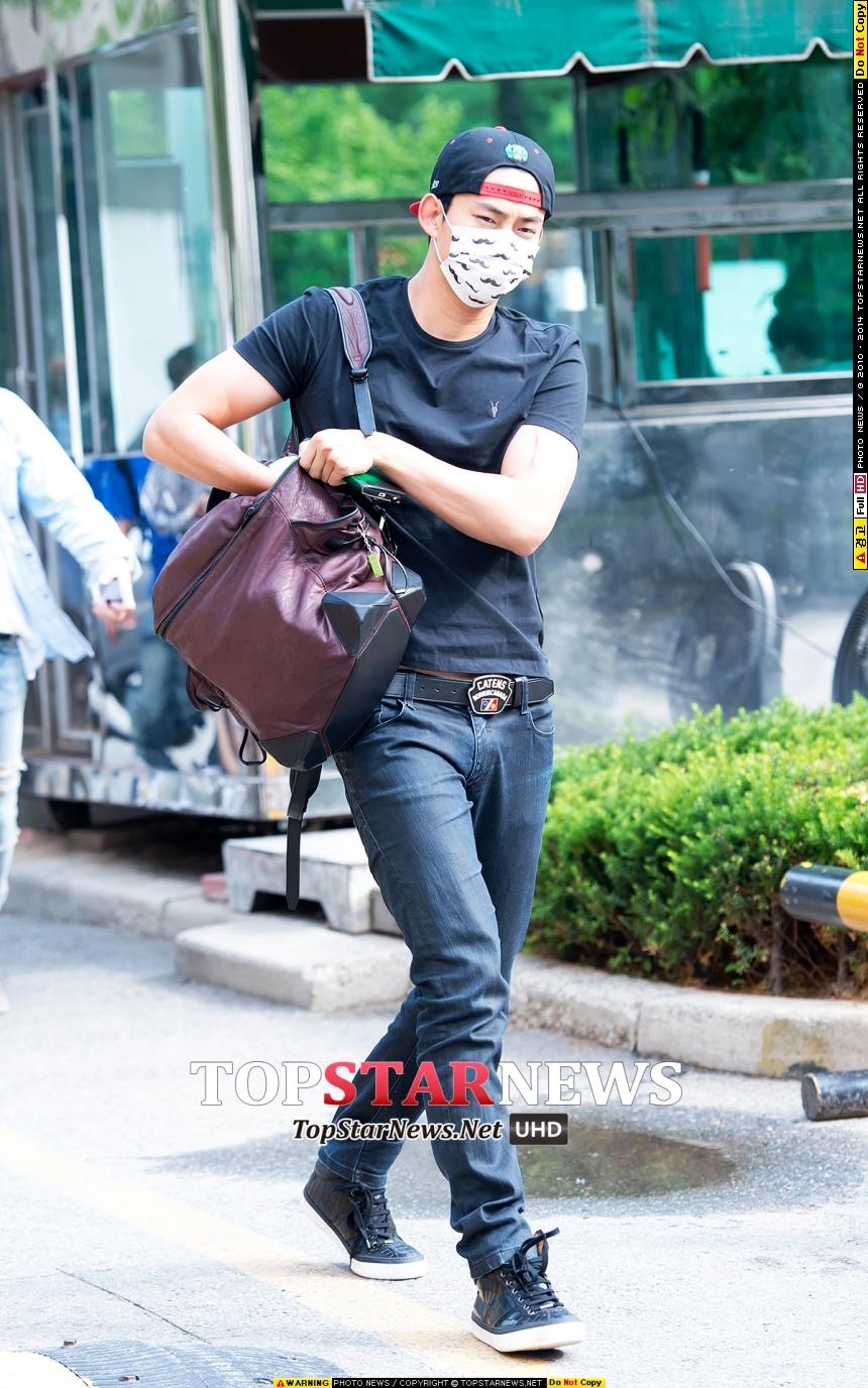 上課完還要飛奔電視台上班的2PM玉澤演~兼職生真的好辛苦捏~(學生超有共鳴der)