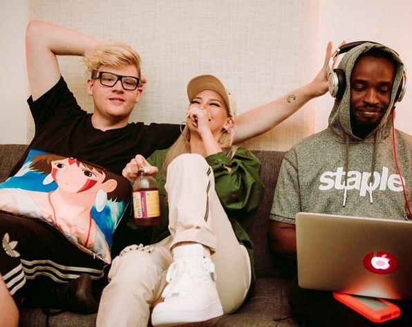 最近與美國知名藝人們一起準備出道專輯的CL,在美國有名的娛樂雜誌《EW》中透露,將有可能在今秋發行美國首張出道專輯唷!!!(歡呼~)