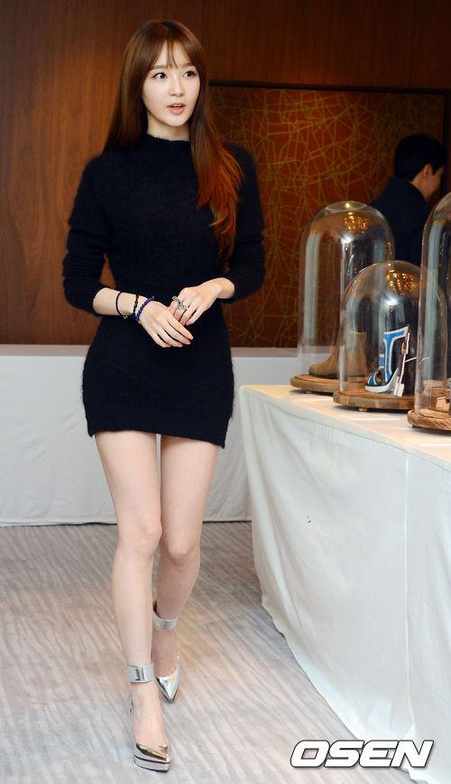 尤其是姜珉耿的白皙皮膚、巴掌臉的小臉蛋、纖瘦的身材聞名遐邇