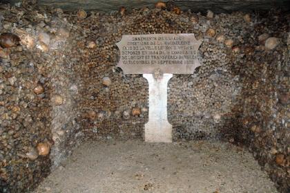 為了防止參觀者走丟,墓室的每條岔口都會有警衛員站崗。 (常年在這工作的警衛得有多大膽啊!)