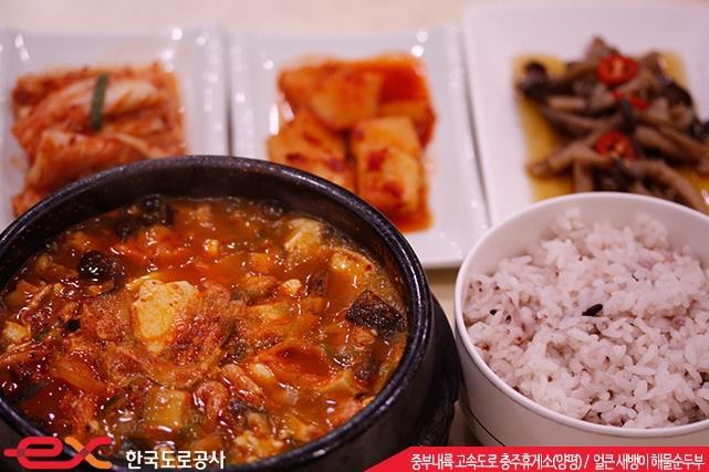 #13. 忠州休息區(楊平) 鮮辣米蝦海鮮豆腐湯 / 6,500韓幣(約177新台幣)