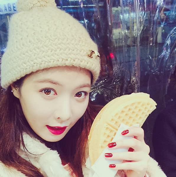 臉小的跟她手上的鬆餅一樣一個手掌大小而已~(話說...那鬆餅看起來好好吃啊...)