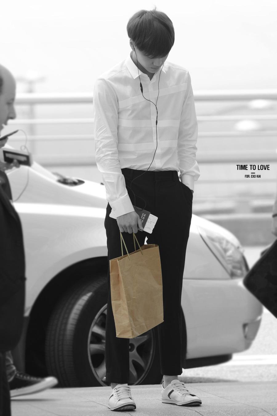 就算是普普通通的紙袋,給KAI拿了之後,根本時尚配件!!!