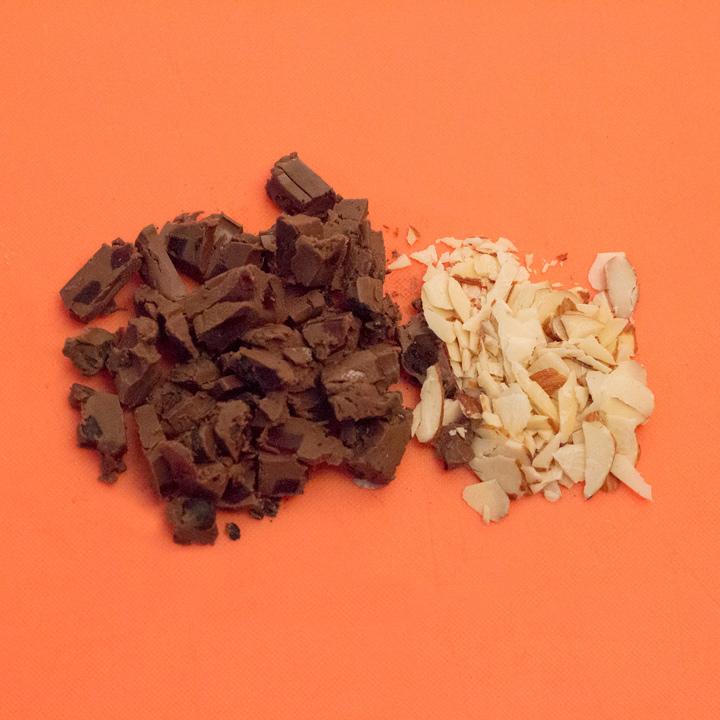 巧克力也切碎,家裡如果有堅果類也可以一起切碎。