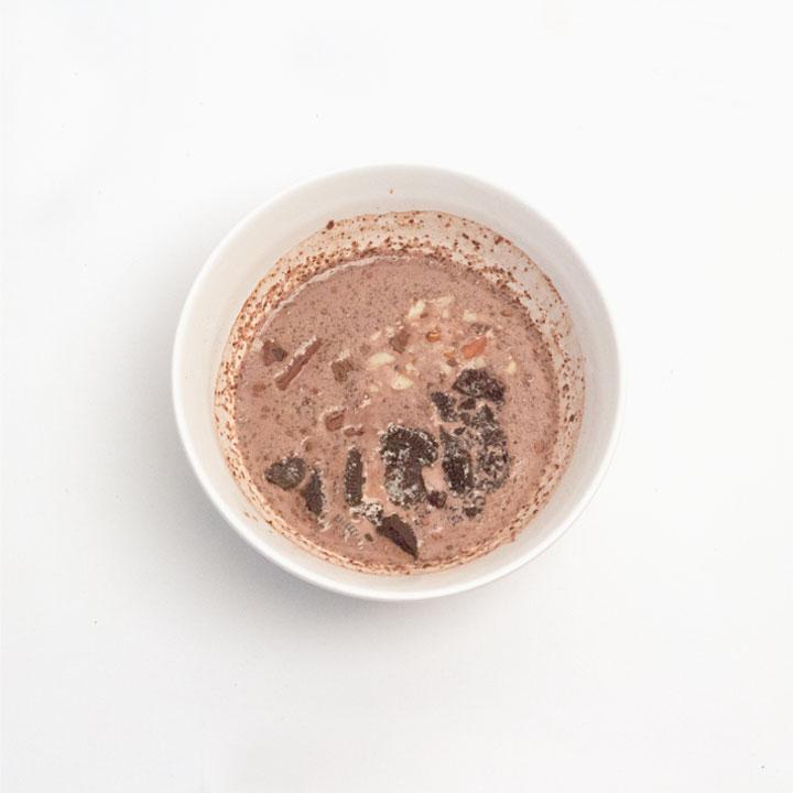 攪拌勻勻後放進剛才壓碎的OREO、巧克力和堅果