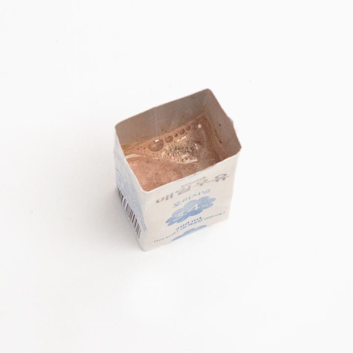 現在就可以把所有準備好的食材倒進牛奶盒裡了,同樣不要倒滿,留出一點空間來還要蓋蓋子。