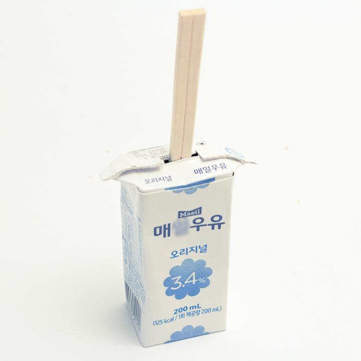 蓋上剛才剪下來的部分,中間插上木筷子放進冷凍室就好了!