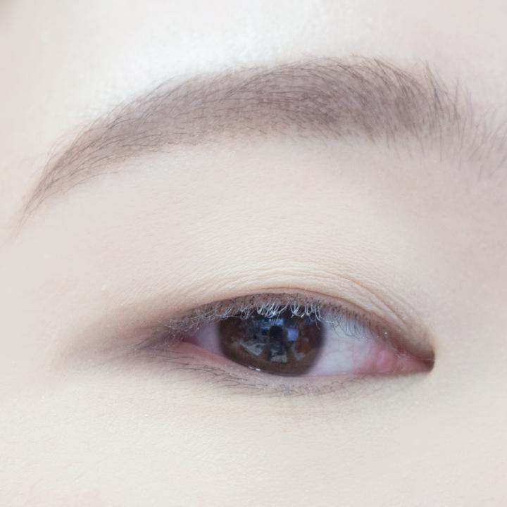 大家都知道單眼皮一睜眼,上眼皮上的肉就全部消失了,所以在上妝之前一定要在上眼皮和眼尾部分用眼影蜜粉打底。