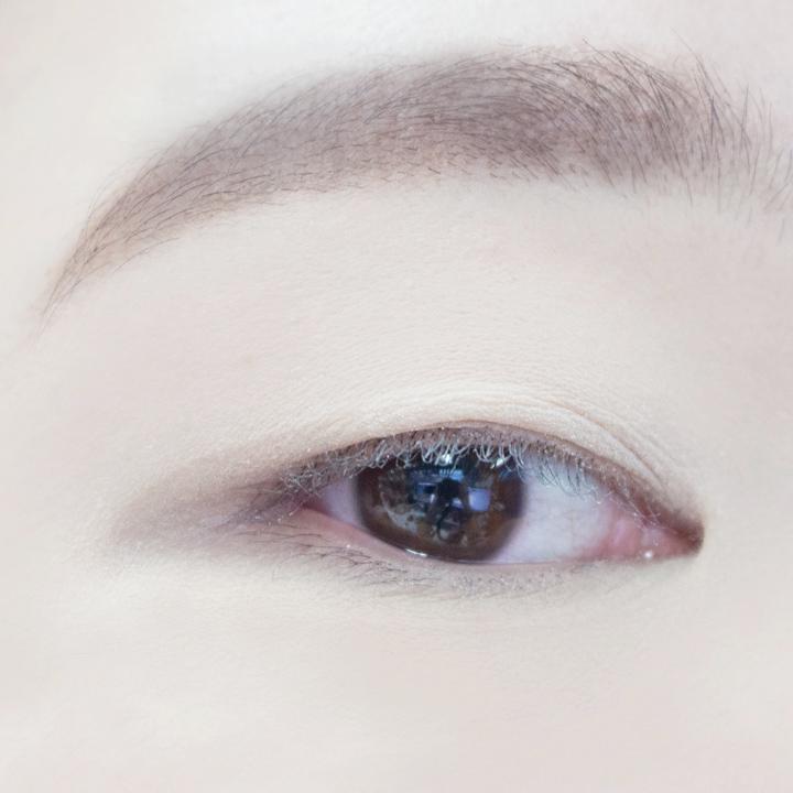先用眼影棒沾取裸色眼影填滿整個眼窩,修飾眼周圍的暗沉,同時能夠讓接下來的眼影更加顯色。
