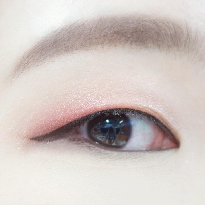 如果眼睛夠長的女生可以不必畫到眼尾,畫成小編這樣就差不多了。