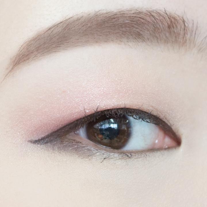 如果想要眼妝淡一點、自然一點,三角區也可以用眼影輕輕的掃幾下。