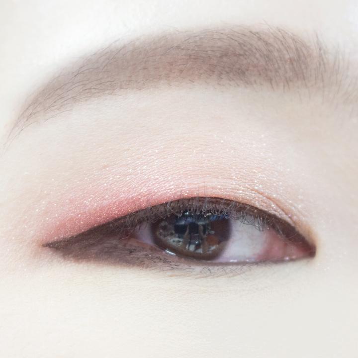 因為單眼皮的眼上脂肪多,所以夾好的睫毛也很容易被壓下來,所以一定要用持久性強的睫毛夾,最好是電睫毛夾夾睫毛,尤其是眼尾處的睫毛更要注意。