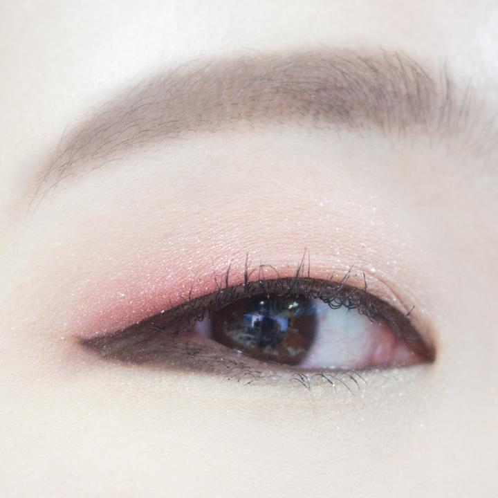 不誇張的臥蠶,珊瑚紅的閃閃誘惑…… 今天的單眼皮眼妝就完成了!