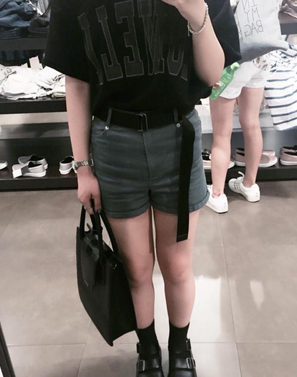 喜歡暗色系的這位女生,連腰帶也選了黑色,看上去是不是更多了一份女生的帥氣呢!