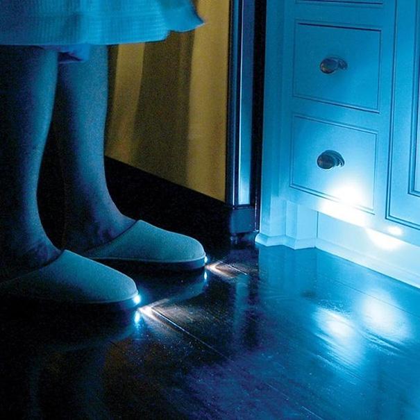 半夜起來上廁所,急得要死,還要迷迷糊糊的開燈嗎? 試試這款LED拖鞋吧~穿上它就可以直接去廁所了! 可是設計師你考慮過其他人的感受嗎?半夜看到會不會被嚇個半死?