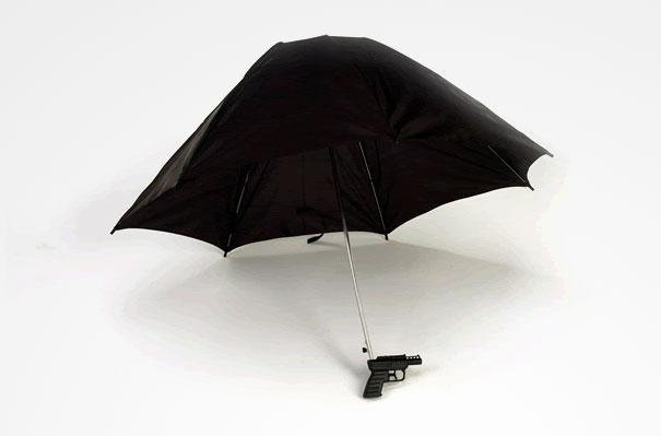 覺得只是一個普通的雨傘嗎? 但如果下雨時候雨傘上面的水都通過雨傘桿流進下面的槍裡的話……