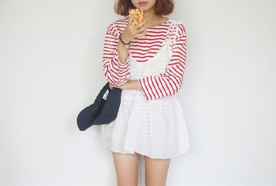 每個季節流行的單品都不太一樣,像夏天韓妞流行五分袖,日本妞則喜歡oversize單品。而今年秋天,韓妞都在穿什麼呢?就是圖中這種細肩帶單品,平時我們想到的穿搭幾乎都是以單穿為主題,不過這類單品除了單穿之外,你還可以在裡面多穿一件衣服來增加層次感,還有什麼特別的款式呢?往下看就知道囉!