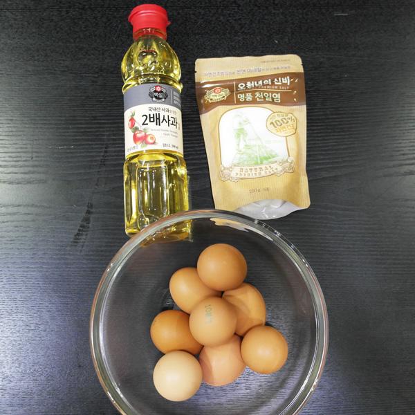 必備材料★鹽和雞蛋★ 為了熟了之後好剝皮,還準備了食醋。