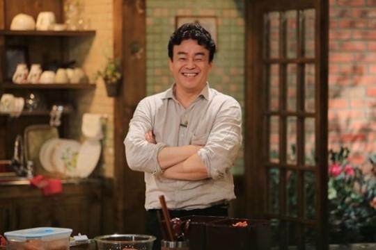 韓劇的熱播徹底帶火了韓食,韓國也相繼出現了很多美食節目。 今天要跟大家介紹的就是韓國tvN電視台在6月份新推出一檔叫做《家常飯白老師》的美食節目。 是一檔讓誰都能在家裡做出家庭料理,貼近生活的綜藝節目。