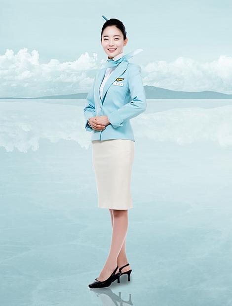 大韓航空的空姐制服以天藍色為主,應該是為了搭配天空的顏色吧!