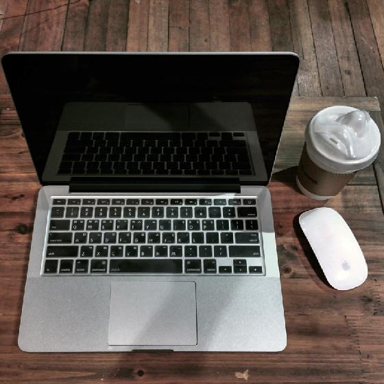 設計師Jang WooSeok說:「我喜歡咖啡也喜歡接吻,但我可以每天喝咖啡,接吻卻……」(錄影中斷)(灑淚)