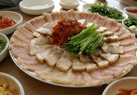 #3 鰩魚 : 鰩魚生魚片是一種發酵類食物,同時也是韓國最有名、最具有特色的美食之一,擁有世界第二臭食品的稱號。臭味大概是納豆的100倍。  生鰩魚的味道本身就不討人喜歡,發酵之後更是散發出陣陣臭氣,加上泡菜和豬肉,嚼著嚼著嘴裡就湧出一股具有衝擊力的刺激性味道。很多韓國人都無法接受的味道,更別說國外人了。