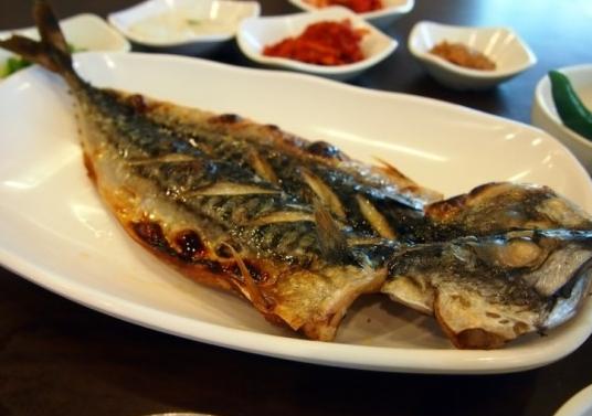 #4 烤魚 : 最常見的烤魚有鲅魚、鮪魚,吃起來特別酥脆,居然被列入黑名單小編就有點難理解了,難道是因為刺太多,吃起來不方便?
