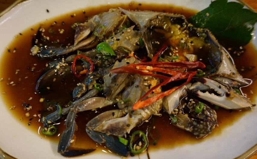 #6 醬油螃蟹 : 生螃蟹用醬油醃製而成,在韓國醬油螃蟹被稱為「 米飯小偷」,因為韓國人通常會直接在蟹蓋上拌著米飯吃,是特別下飯的一道韓食,但對於國外人來說,根本無法想象醬油醃製的生螃蟹會是什麼味道?更別說是吃了。