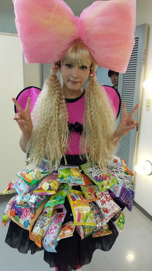 尤其是厲旭曾經以「王蝴蝶結」示人的這張照片最令人印象深刻XD 裙子還是由零食包組成,可說是小編最美女裝名單的前幾名呢~
