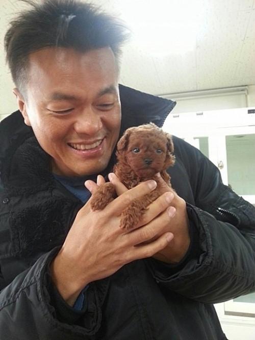 最後一位要介紹的愛狗成員(雖然不是帥哥)就是JYP老闆朴軫永~正在對著寵物狗發射他招牌微笑的朴社長
