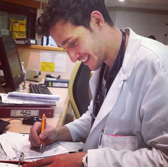 同事都誇他熱愛工作,認真、負責、熱心!畢業工作不到一年,人氣爆棚,時常會有病患指定要Mike幫忙醫治。