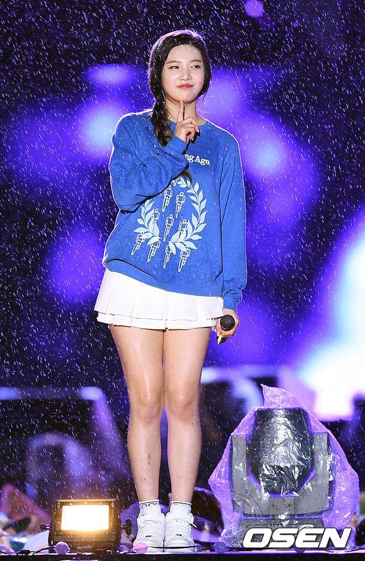 女團Red Velvet在樂天百貨舉辦的「Lovely Young」演唱會上,連燈具都穿了雨衣保護....但是藝人呢?