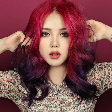 在韓國那樣一個以遺傳單眼皮為主的國家,顏值卻成了人們最重視的東西!走在韓國大街上,尤其是江南區,幾乎每個女生的臉看上去都差不多,如果你以為韓國人的外貌都是靠整容的嗎?大錯!今天小編告訴你,韓妞看起來正的重要原因——韓國國寶級彩妝大師PONY。