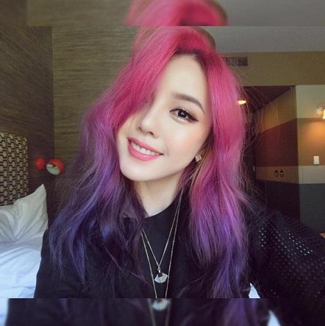像這款粉紅漸變紫色的挑染髮型,是Pony最新的形象,最近她在IG上也正樂此不疲的跟大家分享她對這款造型的喜愛,以及這種突破性的髮型該如何搭配妝容。