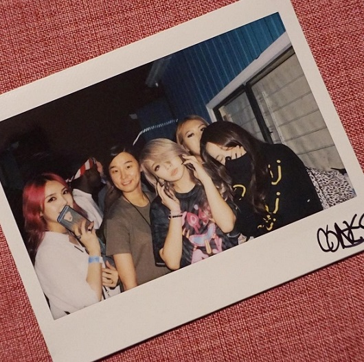 CL在美國活動期間,Pony就曾作為CL美國之行的貼身化妝師,並陪伴CL在美國進行一系列演出及採訪。