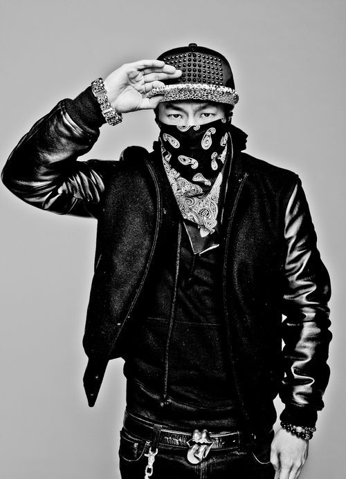 那就是YG現在御用的製作人,以前以嘻哈團體1TYM出道,擔任隊長一職的Teddy是也!