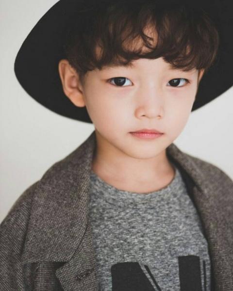 集多張偶像臉於一身的他,就是最近在韓國爆紅的7歲童模鄭宇宙정우주(音譯)