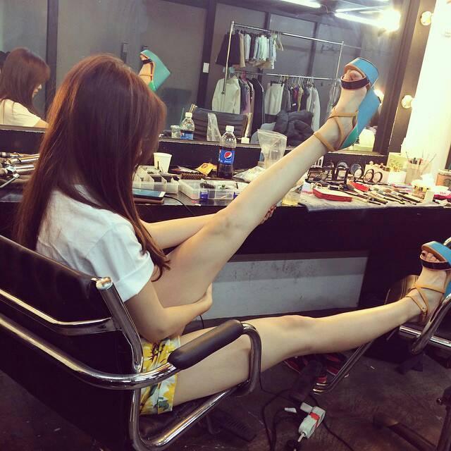 沒錯~她以又細又長,而且滑滑嫩嫩的美腿而特別出名唷~
