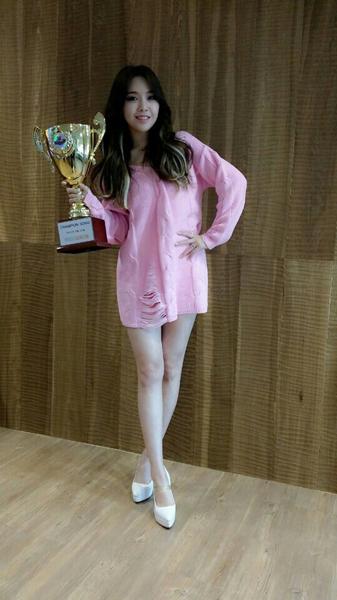 膝蓋的保養程度也非常不錯,對於經常練舞的女偶像來說,真的算是非常完美呢~