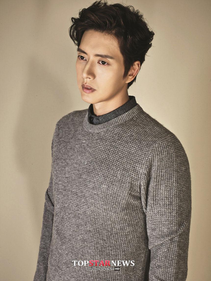 示範明星:朴海鎮 正式款的毛衣,裡面搭上一件襯衫,就是上班族男士秋季必備的時尚LOOK~