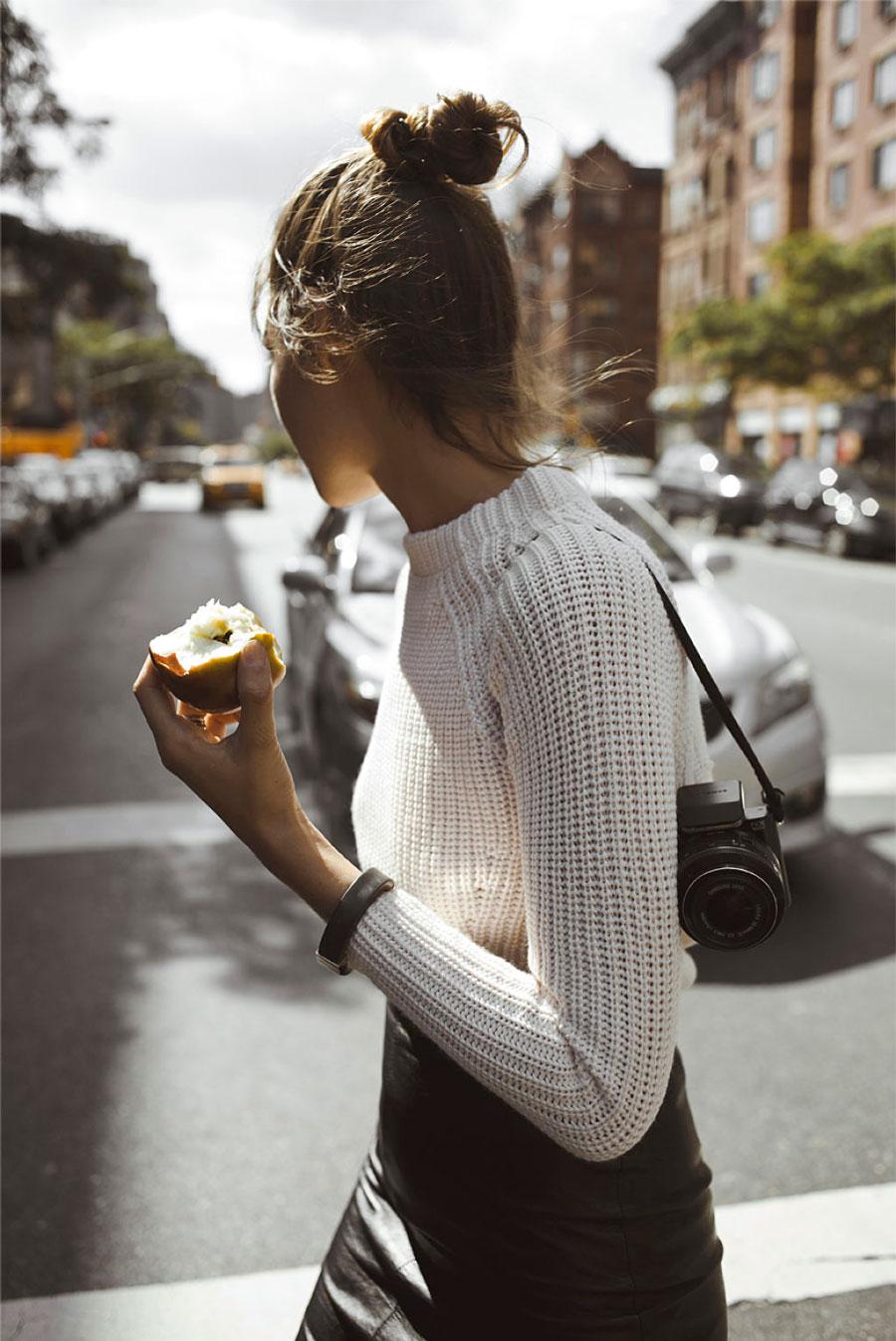 毛衣配皮裙簡直就是秋冬季性感簡潔造型的經典範例,如果不想給人太強勢的感覺,那就紮一個丸子頭,性感中還透著些小俏皮。