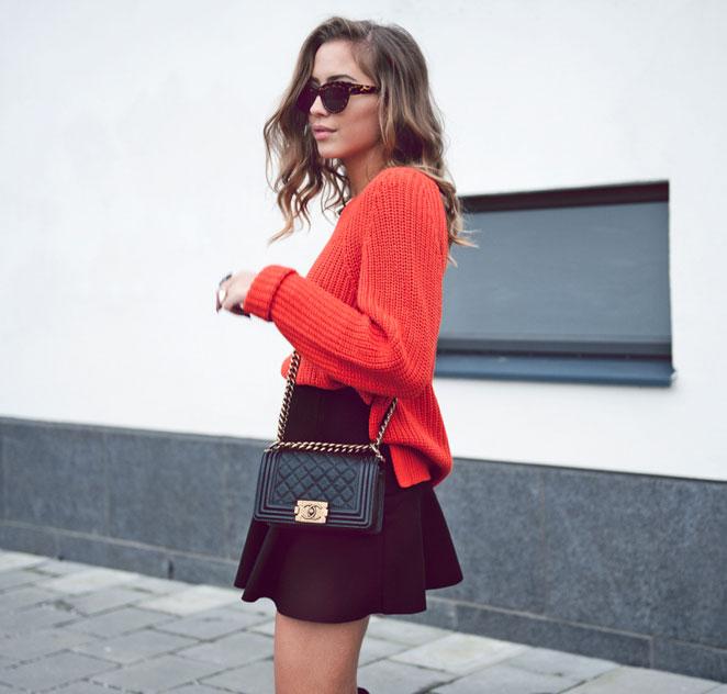 經常有人提到,秋天是收穫的季節,對,應該穿得紅火一點。鮮紅色毛衣搭配可愛的蓬蓬裙是不是給人很熱情的感覺。