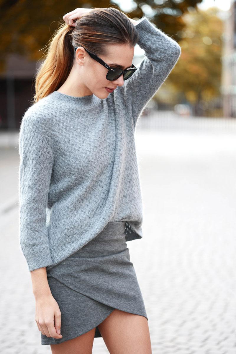 毛衣不僅可以塞進褲子裡,一樣可以隨意的塞進裙子裡。