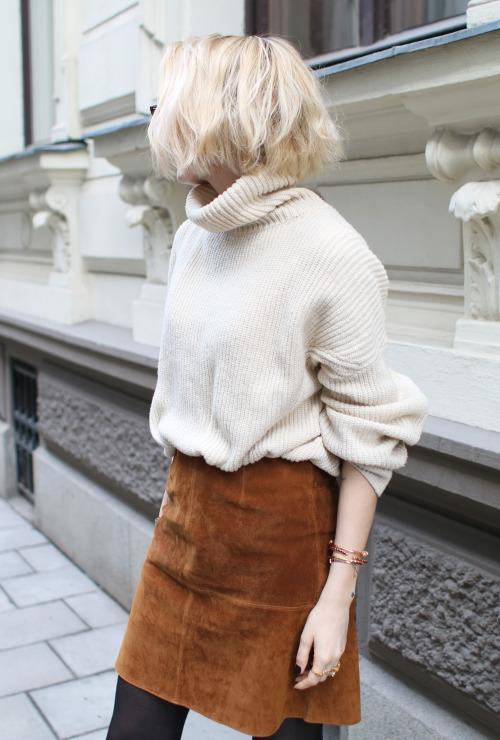如果覺得亮皮裙很難駕馭,那就試試軟皮裙搭配暖色系的毛衣吧!