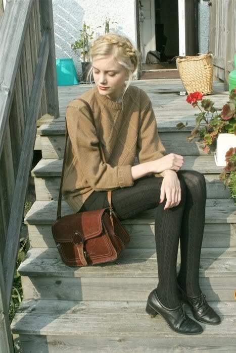 幾何圖案的毛衣+棉線長筒襪+麻花盤頭+復古風的包包=森林系女孩