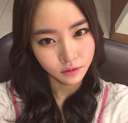 她就是1988年生的韓國演員黃勝妍,曾演過《一起吃飯吧2》中可愛率真性格的惠琳,最近和宋再臨合演《對我們而言有些特別》