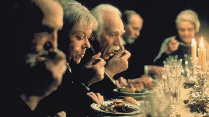 劇情描述丹麥北部的小村莊有一對姐妹花,因為宗教而不惜犧牲愛情。她們家有一位從法國避亂而來的女傭,原來是名廚,她在中了彩券大獎之後,要求在兩姐妹的父親忌辰祭時親自掌廚,招待教區中的老教友享受一席正宗法國盛宴。